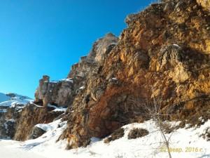 Ближе к поселку Мартюш скалы стали темнее и выше