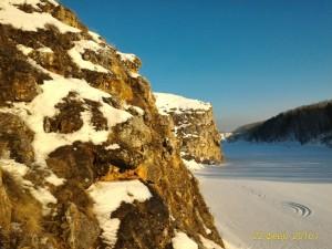 Вечер, солнце садится, скалы красиво подсвечиваются желтым